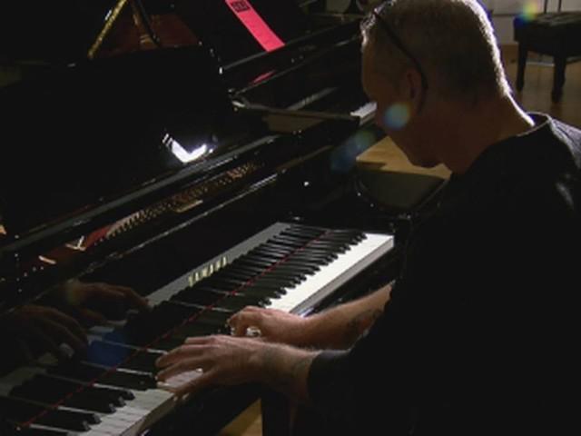 Lesão na cabeça faz homem sem talento musical se tornar exímio pianista