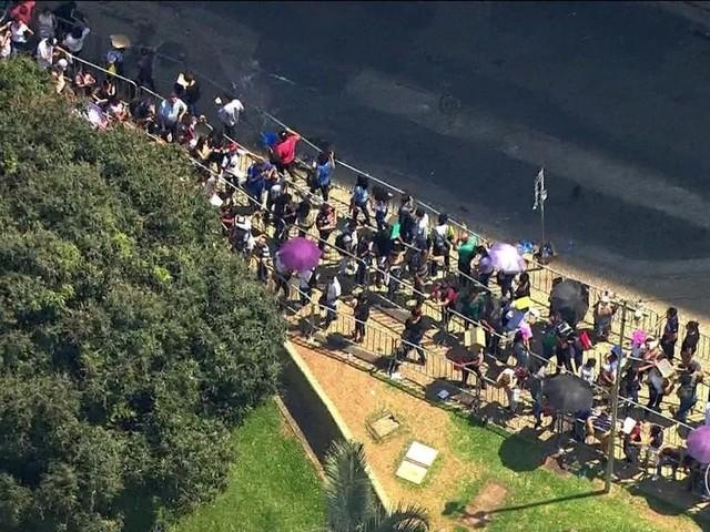 Em SP, milhares enfrentam fila em busca de uma vaga de emprego