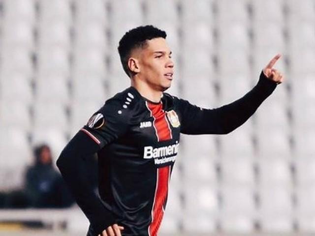 Paulinho é parabenizado pelo Bayer pelo primeiro gol; E torcedores festejam