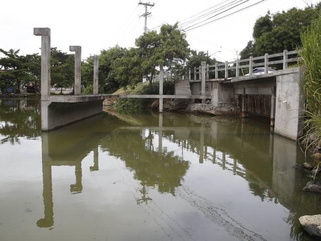 Desabamento de rocha em túnel impede renovação de águas na Lagoa de Piratininga, em Niterói
