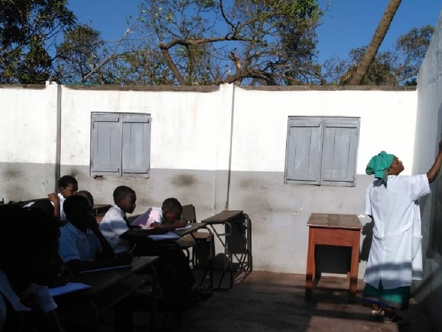 Alunos voltam às aulas em escola sem teto após passagem do ciclone Idai em Moçambique