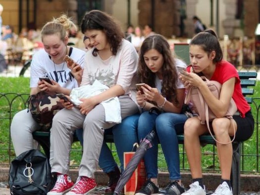 Projeto de lei dos EUA quer proibir menores de 21 anos de usar celular