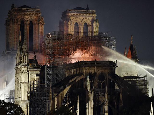 Notre Dame: Bombeiros de Paris declaram fogo extinto