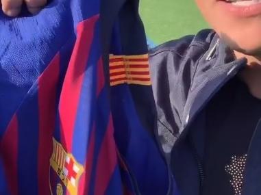 Arthur canta com Felipe Araújo e dá de presente camisa do Barça autografada