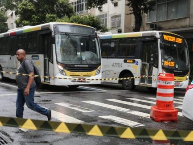 Homem que ameaçou incendiar ônibus e se esfaqueou, em Copacabana, tem transtorno psicótico agudo