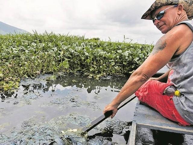 Comunidade ao lado do Guandu joga dejetos na lagoa de captação de água da Cedae