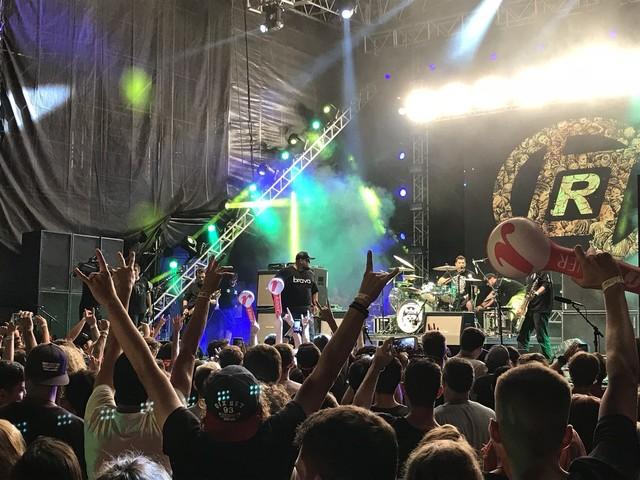 Raimundos mantém rock vivo no Planeta com show intenso, homenagem à banda Charlie Brown Jr. e roda punk