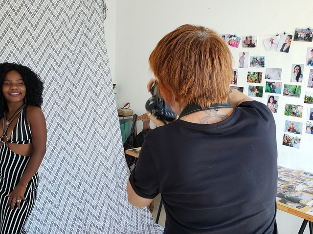 'Retratista' monta estúdio na Região Norte de BH e registra moradores de ocupações