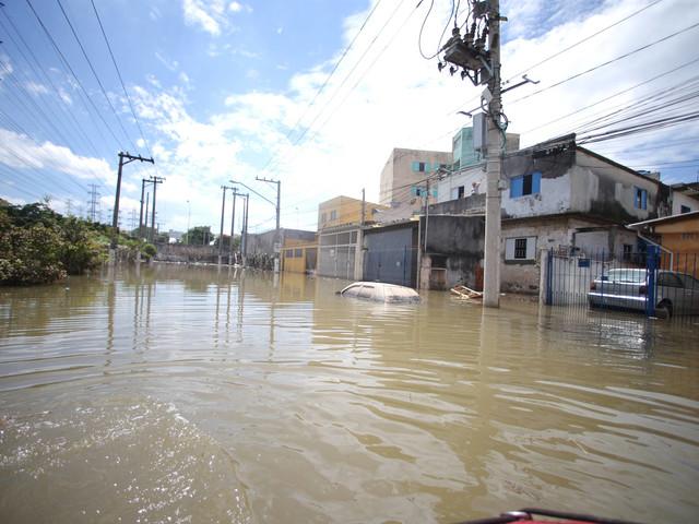 Temporais em São Paulo | 14ª vítima de enchente é encontrada; mulher desapareceu após tentar salvar cachorro
