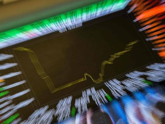 Bolsa cai a 120 mil pontos, com cautela no exterior e desempenho ruim do varejo no Brasil. Dólar sobe