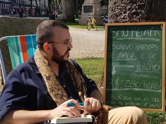 Redator se oferece para escrever 'cartas de amor e de perdão' em praça no Centro de Curitiba