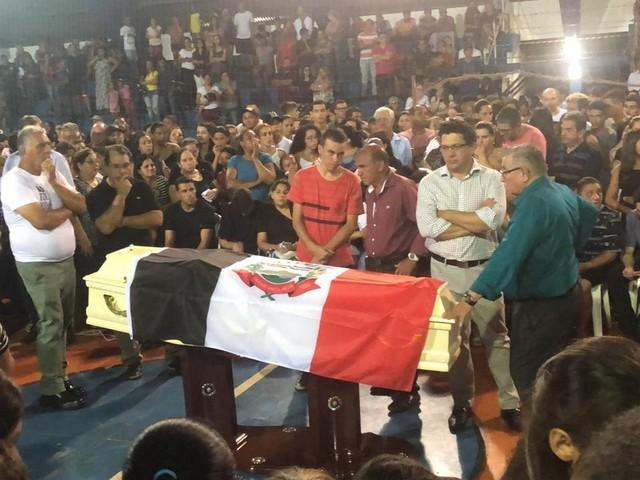 Com ginásio lotado, jogador do Flamengo morto em incêndio no CT é velado em Itararé