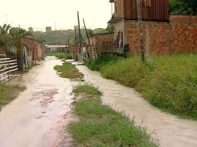 Chuva causa alagamentos em Manaus