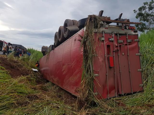 Caminhão tomba e motorista fica preso às ferragens na BR-116, em Campanário