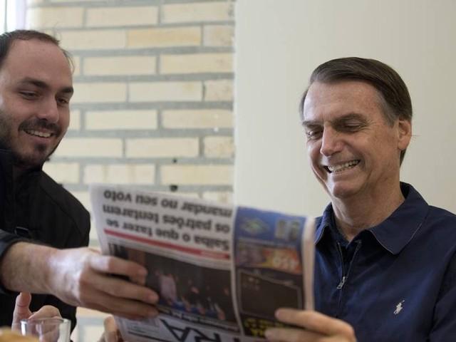 """""""Não foram vocês [jornalistas] que me colocaram aqui, foi ele"""", diz Bolsonaro sobre Carlos"""