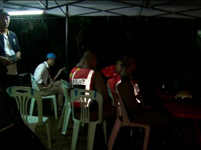Recomeça operação de resgate de meninos que seguem presos em caverna na Tailândia