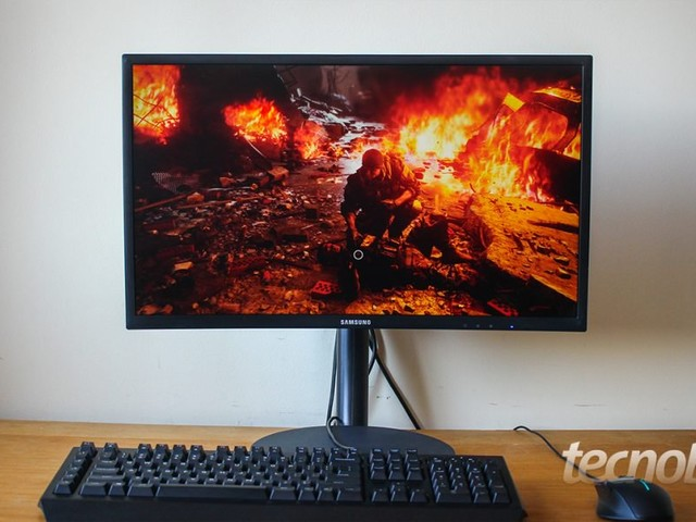 Monitor gamer Samsung C24FG70: tela curva e boas cores