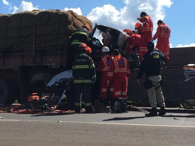 Homem fica preso às ferragens após colisão traseira entre caminhões