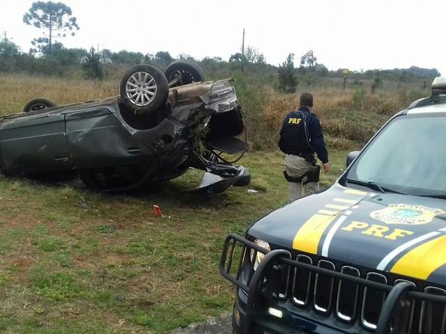 Motorista fica ferido depois de capotar carro na BR-376, em Ponta Grossa