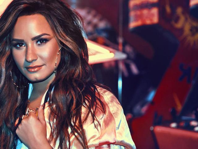 """Cantora confiante e amorosa, Demi Lovato, anuncia seu novo álbum, """"Tell Me You Love Me"""", para setembro"""