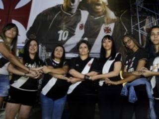 Luta de torcedoras do Vasco contra o assédio recebe apoio do clube, que fará cartilha