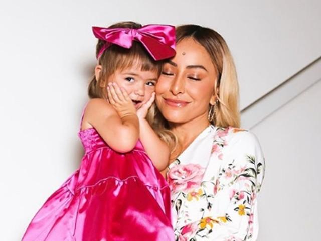 """Sabrina se derrete ao ver com Zoe em capa de revista e se declara: """"Me tornei a mãe que mais temia, babona"""""""
