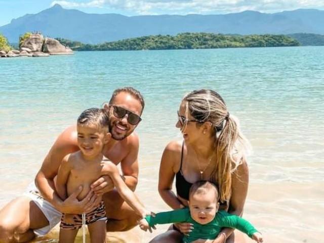 Éverton Ribeiro, do Flamengo, e a mulher viajam com filhos e levam caçula para praia pela primeira vez: 'Meu bolotinha'
