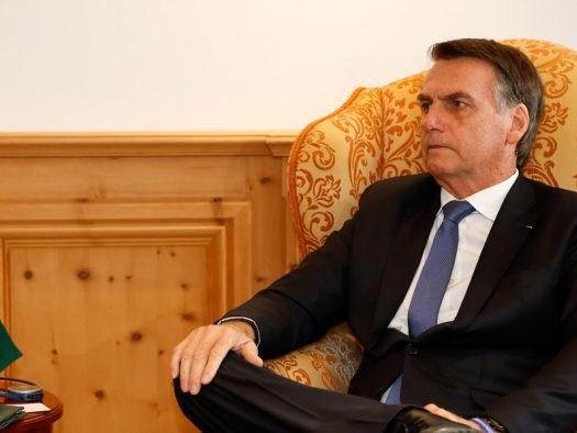 Bolsonaro dispensa celular criptografado para conversar com ministros no WhatsApp