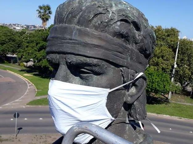Estátua do Laçador ganha nova máscara após furto em Porto Alegre