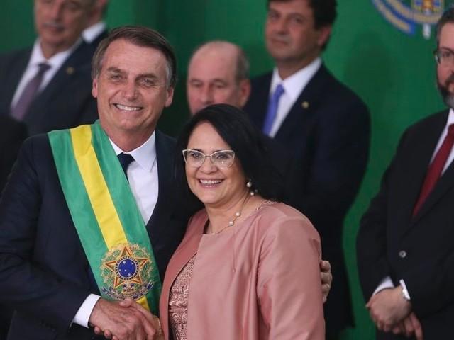Damares diz que governo Bolsonaro ensinar meninos a levar flores e abrir porta para mulheres