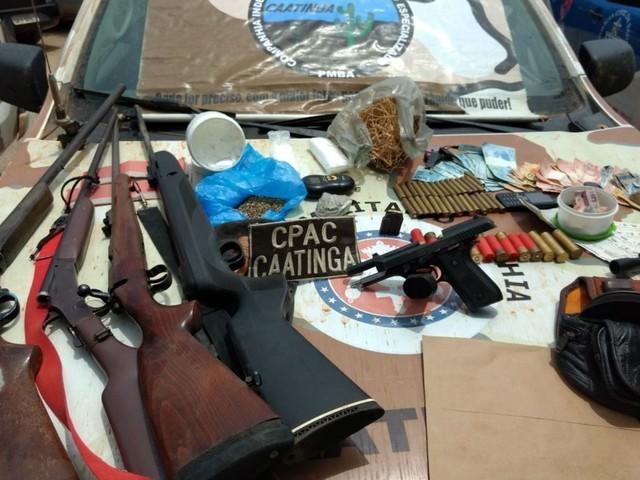 Foragido de presídio em PE e suspeito de assaltos, homem é preso com armas de grande porte e drogas na Bahia