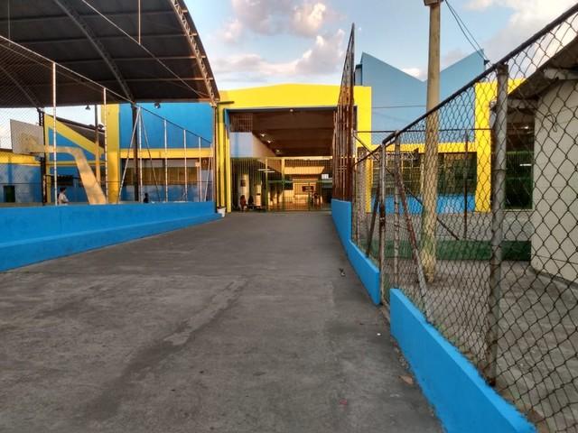Grupo pede que MP investigue orientação de Doria para pintar parte das fachadas das escolas de SP de azul e amarelo