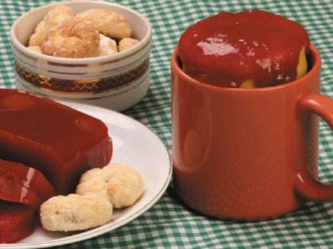 Receita de 15 minutos: aprenda a fazer bolo de fubá com goiabada na caneca