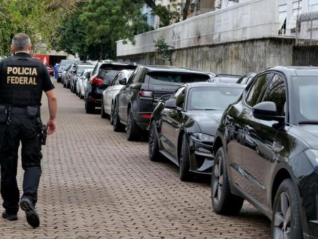 Anel de R$ 175 mil, relógio de R$ 250 mil e 36 carros de luxo: o que foi apreendido em empresa investigada pela PF