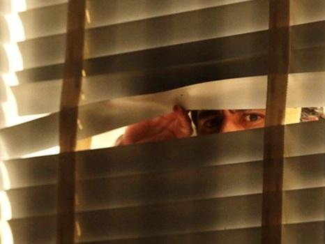 Imagem de Aécio 'espiando pela janela' após ser salvo viraliza nas redes
