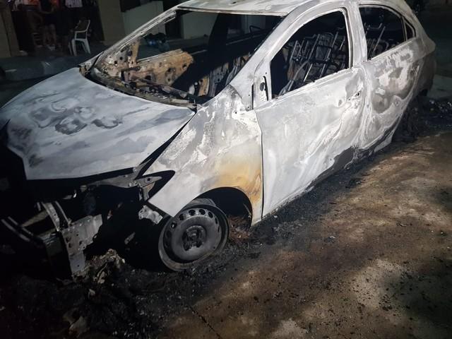 Carro é incendiado em rua de Fortaleza