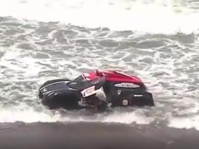Piloto usa corda para evitar que carro seja levado pela maré no Dakar; veja
