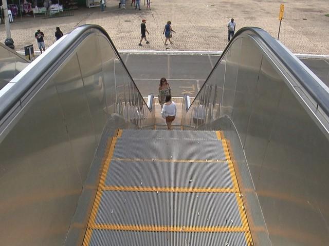 Recife sanciona lei que determina instalação de placa em braille ao lado de escadas e esteiras rolantes