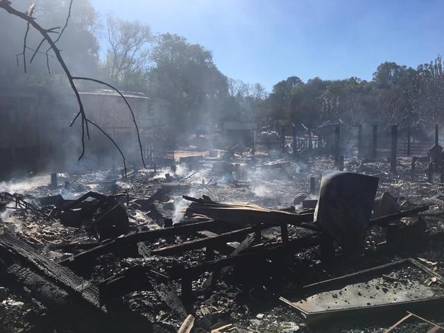 Incêndio destrói cinco casas e deixa cerca de 30 pessoas desabrigadas em Passo Fundo