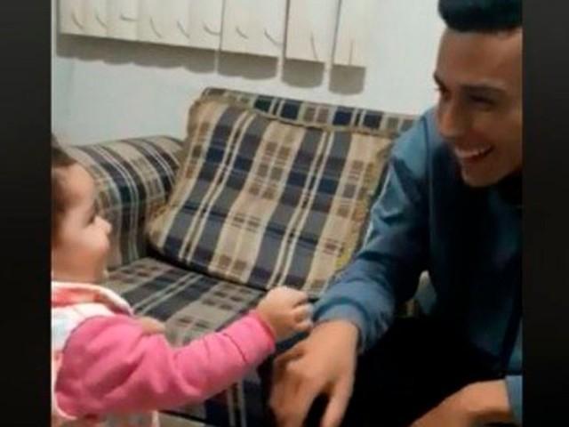 Bebê tenta se comunicar com pai deficiente auditivo usando língua de sinais e viraliza