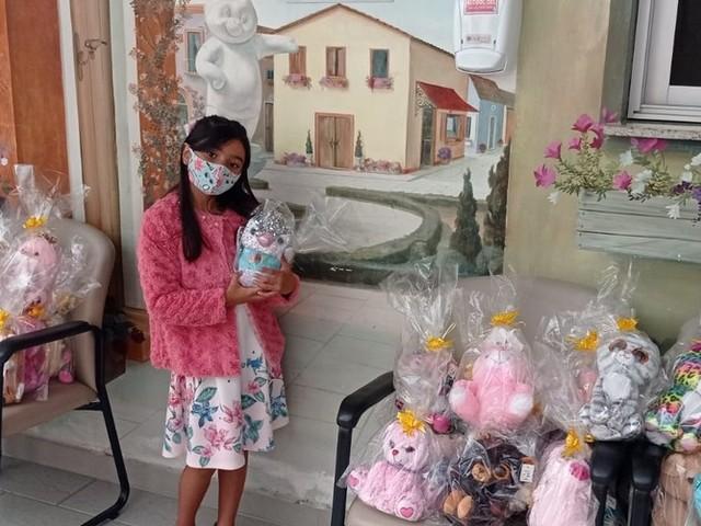 Menina de 6 anos pega 100 ursos de pelúcia em máquina de mercado e doa para crianças com câncer: 'Fiz de coração'