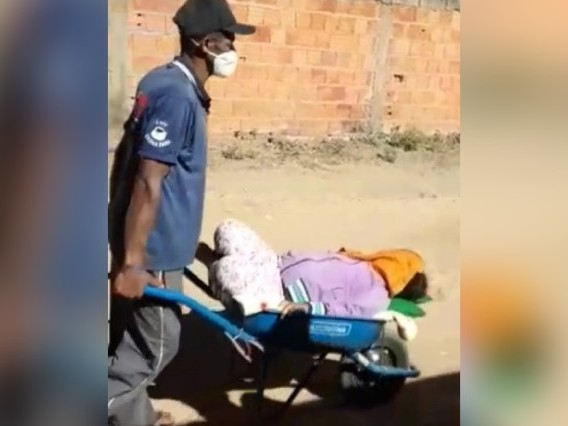 Pai e mãe levam filha a posto de saúde em carrinho de mão em Minas Gerais