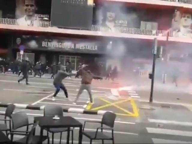 Torcidas de Valencia e Barcelona brigam em frente ao Mestalla