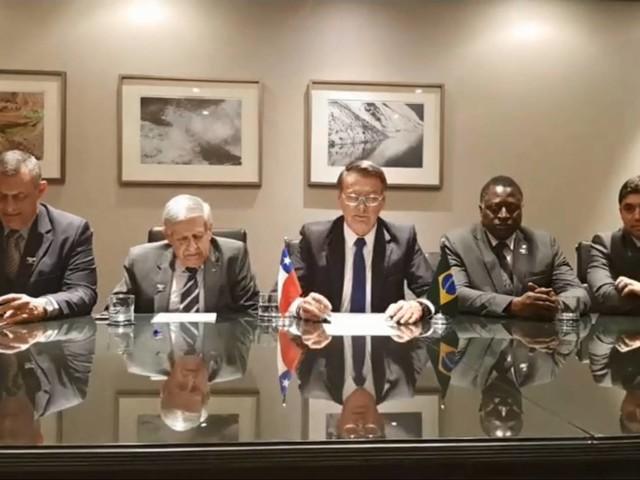 Transmissão feita do Chile | Em live, Bolsonaro evita nome de Temer e volta a falar de bananas do Equador
