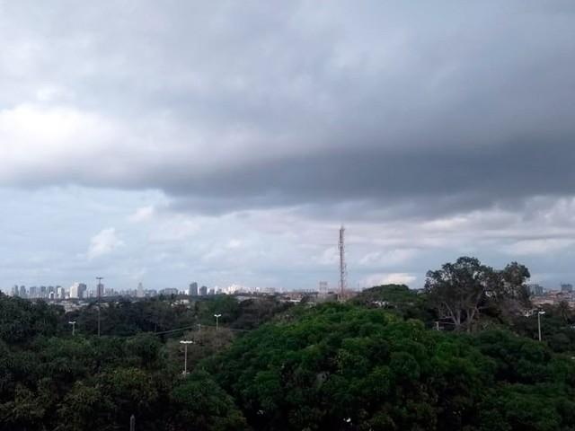 Salvador tem previsão de tempo nublado com pancadas de chuvas até sexta