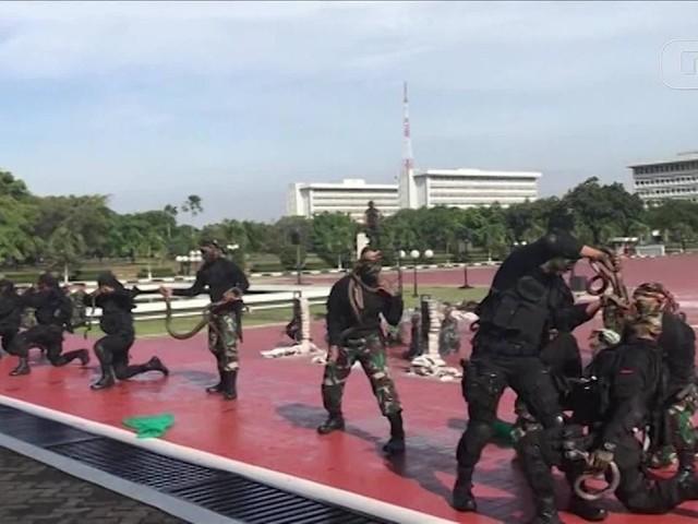 Tropas da Indonésia lidam com cobras e quebram concreto com a cabeça em demonstração para secretário dos EUA