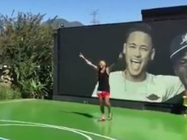 Vídeo: Neymar comemora arremesso certeiro de basquete