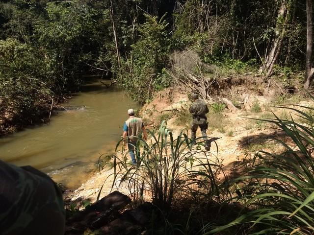 Embalagens e milho com agrotóxico são encontrados em rio onde peixes foram achados mortos em MT