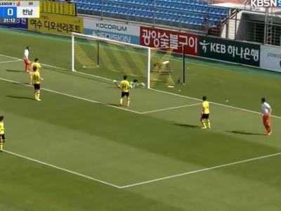 Goleiro sul-coreano engole frangaço e seu time é goleado; assista