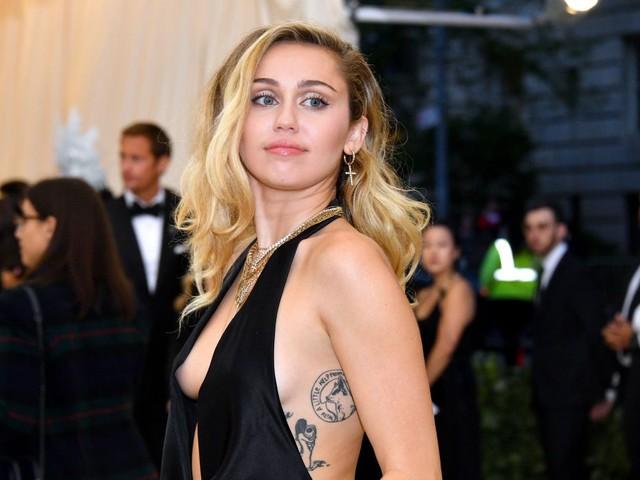 Passado! Miley Cyrus se divorcia oficialmente de ex-companheiro após relação conturbada
